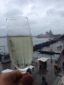 ホテルダニエリベネチア滞在記部屋からのベネチアの絶景スプマンテと共に乾杯