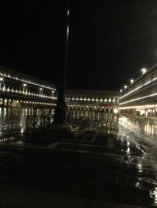 ベネチアサンマルコ広場の夜景、雨で濡れて地面がピカピカ
