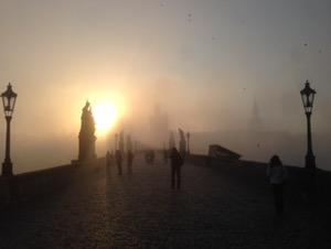 プラハ早朝ラン朝靄の中の美しいカレル橋