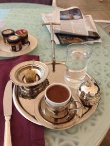 ホテルチュラーン・パレス・ケンピンスキー・イスタンブール銀食器でサーブされるトルココーヒー