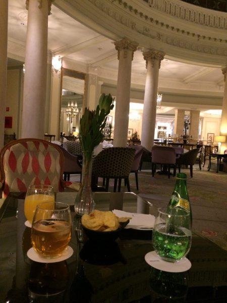Westin Palace MadridロビーラウンジLa Rotondaで飲み物をオーダー