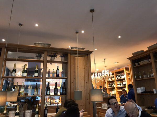 フランクフルトのお薦めカフェフランス風カフェLes Deux Messieursの店内