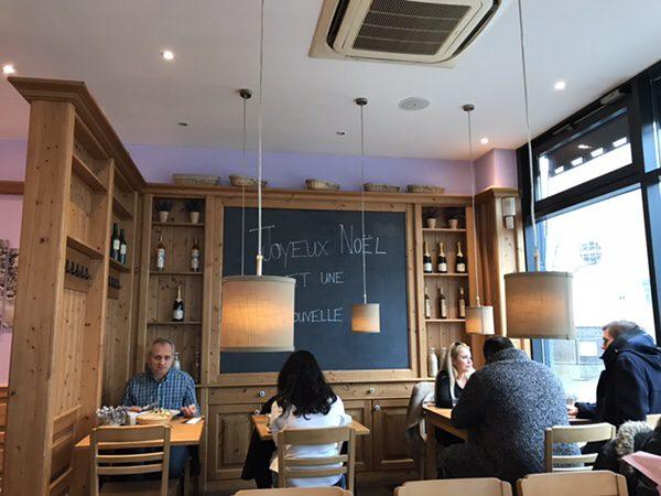 フランクフルトのお薦めカフェフランス風カフェLes Deux Messieursのオシャレな店内