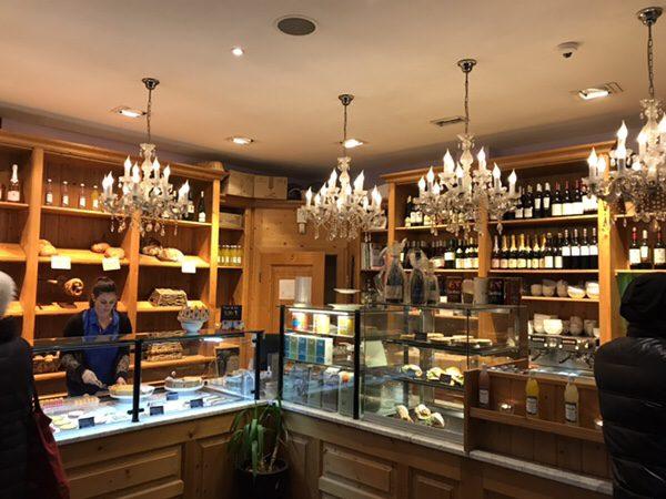 フランクフルトのお薦めカフェフランス風カフェLes Deux Messieursのシャンデリア一杯のオシャレな店内