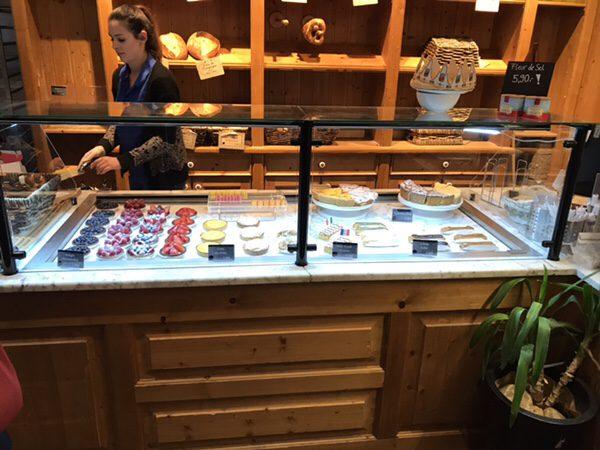 フランクフルトのお薦めカフェフランス風カフェLes Deux Messieursの店内ディスプレイケーキ