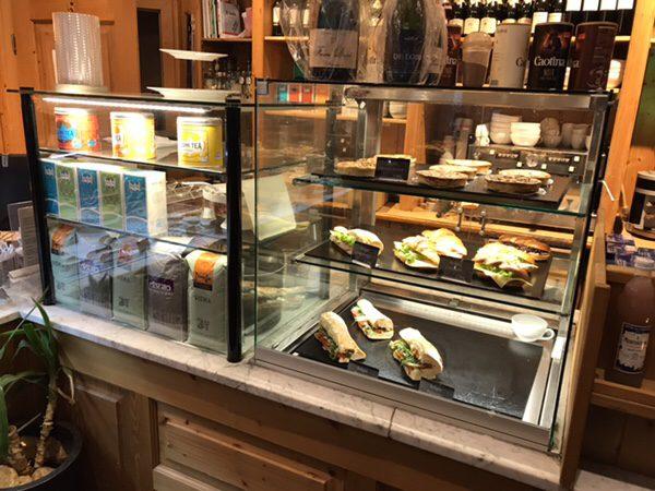 フランクフルトのお薦めカフェフランス風カフェLes Deux Messieursの店内ディスプレイサンドウィッチ