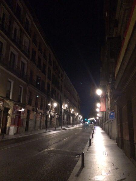 早朝ランマドリッド早朝の街灯