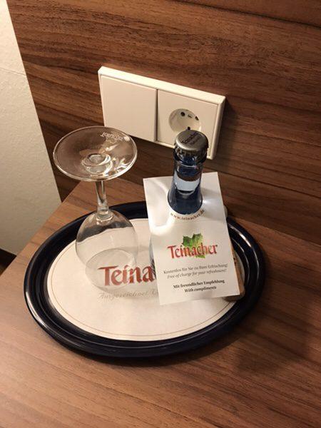 海外のホテルのミネラルウォーターは無料?