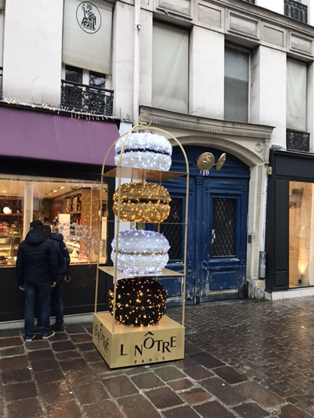 Lenotreパリ、バスティーユ広場すぐの老舗パティスリー店舗巨大マカロンのディスプレ