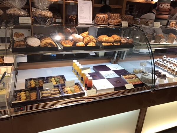 Lenotreパリ、バスティーユ広場すぐの老舗パティスリー店内ディスプレイ、どれも美味しそう!