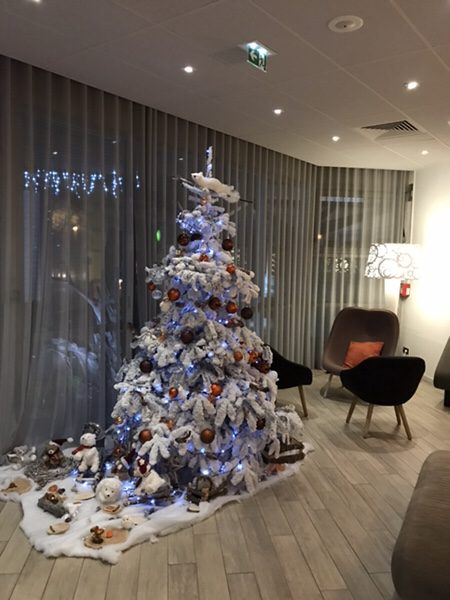 Hotel Novotel Paris Centre Bercyロビーのクリスマスツリー