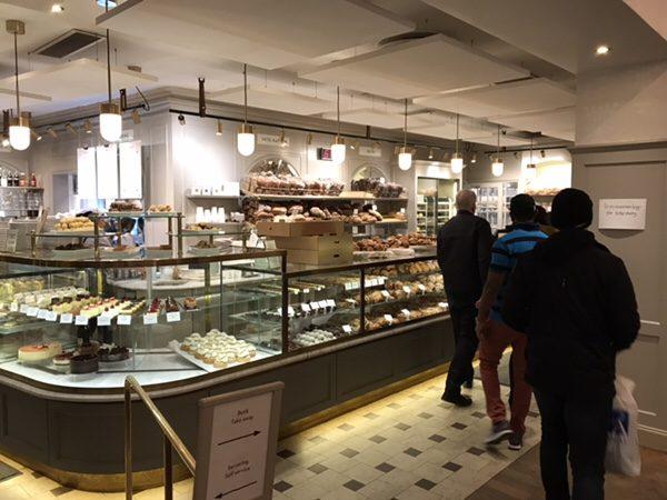 ストックホルムで最も有名な老舗ベーカリーVete-Katten!絶品セムラを絶対食べて!商品ディスプレイ美味しそうなものがずらり!