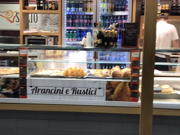 カターニア空港の売店アランチーニ
