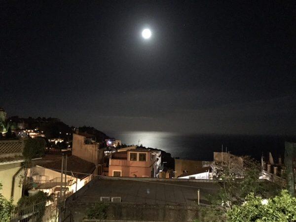 Bistrot du monde taormina美しい月