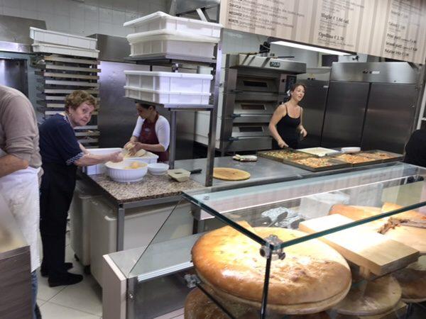 Da Cristina taormina 店舗キッチンよく働くお姉さん