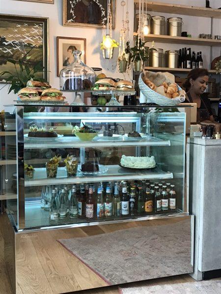 Bohnerie café röstsalon@frankfurtケーキディスプレイ