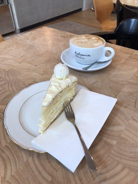Bohnerie café röstsalon@frankfurtホワイトチョコケーキとカプチーノ