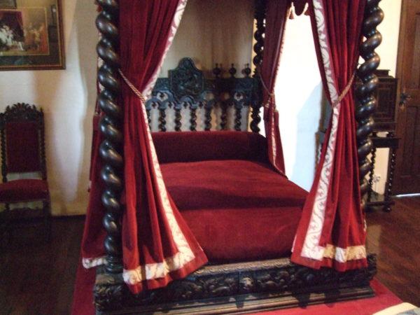 クロ・リュセの館ダビンチのベッド