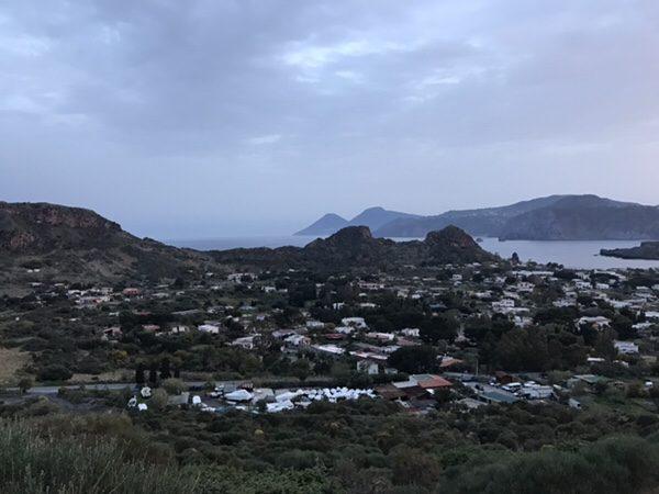 vulcanoで早朝ラングラン・クラテーレ山からのヴルカーノ島の景色