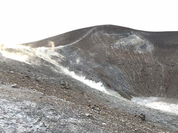 vulcanoで早朝ラングラン・クラテーレ山火口からの煙