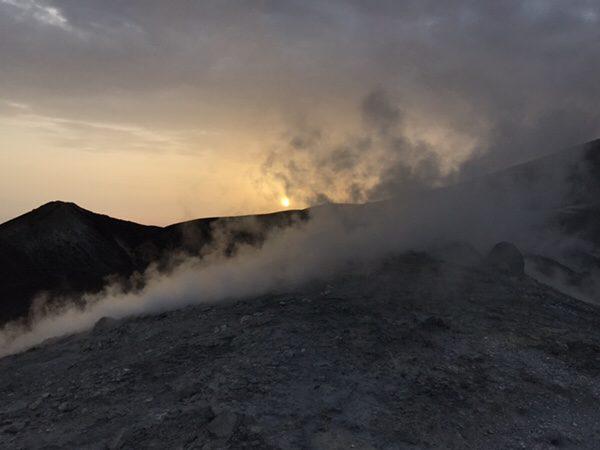 vulcanoで早朝ラングラン・クラテーレ山火口からの朝日
