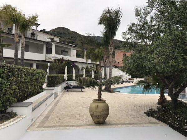 Hotel Mea 滞在記ホテルの外観プール