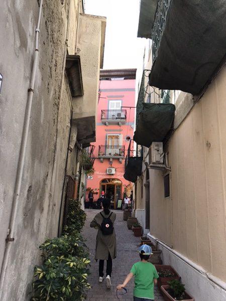 Pasticceria D'Ambra Giovanniお店の前の細い路地