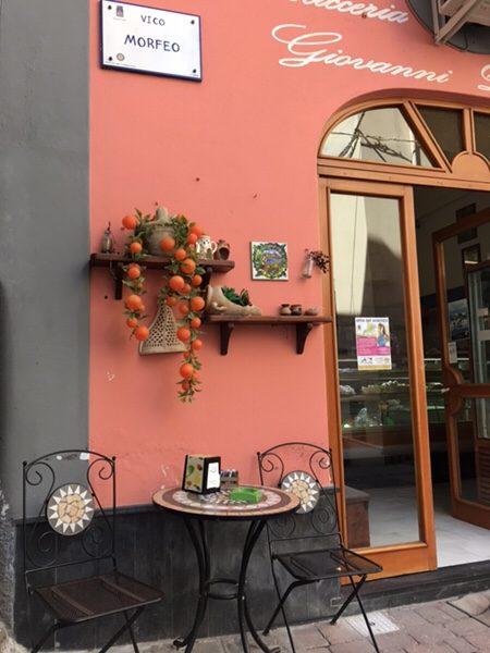Pasticceria D'Ambra Giovanniお店の外観テーブル