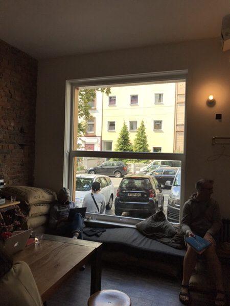 Hoppenworth & Ploch Rösterei大きな窓が印象的な店内